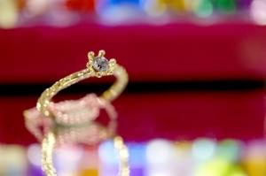 婚約指輪を選ぶ時に注意したいことやおすすめブランドの探し方